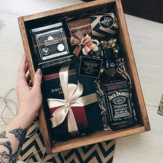 gorgeous whiskey gift box Gift Ideas Awesome Fathers Day Gift Basket Ideas for Men Gift Box For Men, Gift Baskets For Men, Diy Gift Box, Present Ideas For Men, Presents For Men, Cool Gifts For Guys, Best Man Gift Ideas, Hampers For Men, Diy Gifts For Men