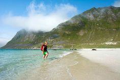 Fra flere av Lofotens vakre strender kan man gå rett opp på flotte fjellturer. Haukland og Utakleiv er slike steder.
