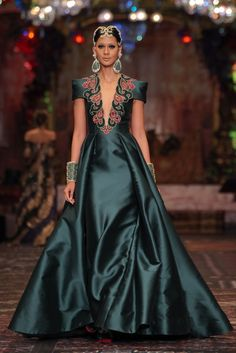 Emerald: a shade that represents modern elegance La Divina Marchesa, Sebastian Gunawan Spring Summer 2017 Stage Decoration by Elegant Outfit, Elegant Dresses, Sexy Dresses, Fashion Dresses, Gala Dresses, Couture Dresses, Haute Couture Fashion, Mode Inspiration, Beautiful Gowns