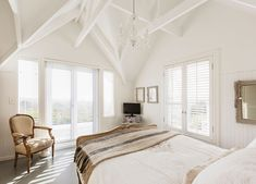 In a traditional bedroom, painted ceiling beams add some architectural interest while letting the mellow vibe of the room prevail. – Home Improvement House Colored Ceiling, White Ceiling, Painted Ceiling Beams, Narrow Bedroom, Exposed Ceilings, Small House Interior Design, Bedroom Ceiling, Traditional Bedroom, White Rooms