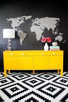 geschilderde muur muurschildering en dressoir, beschilderde meubels, De combinatie van de muurschildering en de gele dressoir maakt een enorm statement