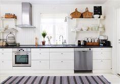 Köksbänk i lantkök med återskapad 30-talscharm. Country style kitchen, cottage, white.
