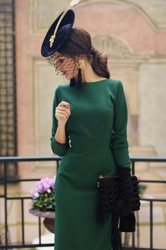 Here's the front of this beautiful vintage dress. Simple but a lovely elegance. look invitada boda vestido midi vintage tocado guantes Vintage Outfits, Classy Outfits, Vintage Dresses, Winter Wedding Guest Hats, Retro Fashion, Vintage Fashion, Royal Clothing, Glamour, Vestidos Vintage