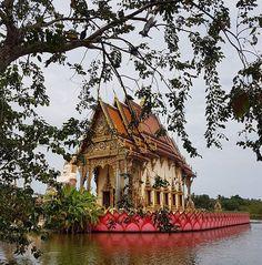 """""""E quando eu pensei que nenhum templo na Tailândia iria me surpreender mais... Koh Samui me apresenta o Wat Pai Laem. . . O Wat Pai Laem é um templo que fica na Ilha de Koh Samui na Tailândia. Seu diferencial é o buda gordinho e o buda com 18 braços. Além da sua localização que é linda ne? Sobre uma """"Vitória Régia"""" em um lago. Aaaaaaaaffff...lindo demais! . . Eu criei um amor tão grande por esse lugar, que nem sei explicar. Se preparem para a surra de fotos...não tenho maturidade. #soudessas…"""
