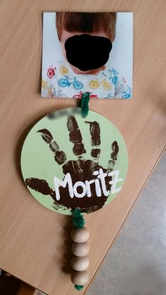 Montessori Geburtstagskalender     > Grün steht für Jahreszeit Frühling, in der das Kind Geburtstag hat. > die Perlen stehen für das Alter des Kindes.    Ich habe den Kalender an einem Seil an der Wand hängen.    - Blau = Winter;   Gelb = Sommer;    Orange = Herbst