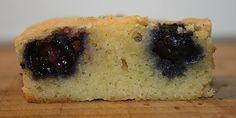 Vidunderlig kage, der har den lækreste svampede konsistens og er spækket med blåbær og karamelagtig hvid chokolade. Mums!