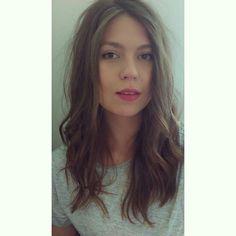 Hair light brown wavy pink lips grey tshirt simple make up