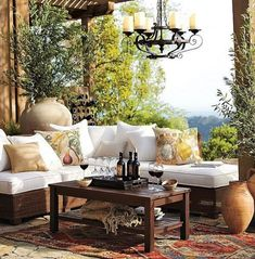 Terrasse mit Pergola und ecksofa gestalten und mit couchtisch holz und DIY Weiinregal aus Holz dekorieren