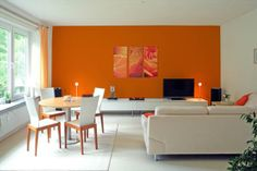Sala pintada com tinta cor: Tangerina - Eucatex.