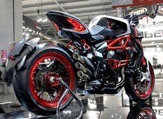 lewis-hamilton-MV-augusta-custom-dragster-RR-LH44-motorcycle-2015-EICMA-designboom-06