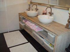 Badkamermeubel van steigerhout. Standaard met 2 open vakken.