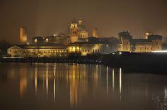 Mantova, panoramica notturna dal lago