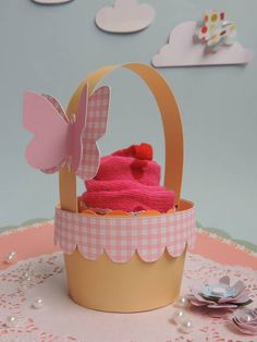 Mini cestinha de papel para colocar cupcakes. Feito com papel de scrapbook, está incluso a borda xadrez e a borboleta com 2 dimensões. Posso mudar a cor do papel xadrez. R$ 3,50 Foam Crafts, Diy And Crafts, Diy Paper, Paper Crafts, Lalaloopsy, Kids Party Themes, Party Ideas, Flower Outline, Cupcake Boxes
