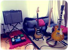 Stratocaster, Gibson Les Paul, ampli Fender et un canapé bien confortable. On a envie d'y jouer de longues heures !