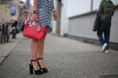 Oi! Cheguei hoje cedoem NY, ficarei aqui 5 dias acompanhando a semana de moda. Prometo trazer novidades todos os dias!!! Para começar o look para o meu primeiro dia de fashion week, fui assistir o desfile da Lacoste, daqui a pouco entra o post. Escolhi um vestido de malha listrado com lenço estampado e nos …