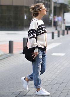 Stan Smith con look desenfadado de boyfriend jeans y jersey estampado.