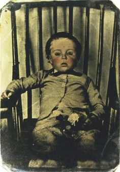 Post mortem photography, also known as death photography, was something that was very popular in a time when cameras weren't accessible. Also sometimes known as memento mori, death photography was the Photographie Post Mortem, Fotografia Post Mortem, Photo Post Mortem, Post Mortem Pictures, Victorian Photos, Victorian Era, Victorian History, Victorian Women, Dark Side