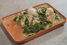 Μια υπέροχη συνταγή του Αλέξανδρου Παπανδρέου, με κοτόπουλο φρικασέ και σταμναγκάθι, ρόκα & μαρούλι που θα σας ανοίξει την όρεξη! Seaweed Salad, Japchae, Ethnic Recipes, Food, Essen, Meals, Yemek, Eten