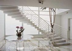 Imponentes e modernas!     Ando com os olhos brilhando por essas escadas em curva! São ideais para casas maiores, pois ocupam um espaço c...