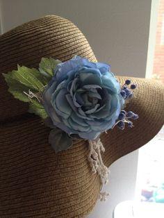 秋の風にさらりと合うように、少しグレーがかったブルーのアートフラワー(造花)でコサージュを作りました。帽子につけても、バッグにつけても良いと思います。写真のよ...|ハンドメイド、手作り、手仕事品の通販・販売・購入ならCreema。