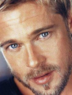 Brad Pitt - even w/ some grey speckles, he's still sexy! I swear he will be just as sexy when he's Brad Pitt And Angelina Jolie, Jolie Pitt, Famous Men, Famous Faces, Beautiful Eyes, Gorgeous Men, Amazing Eyes, Brad Pitt Photos, Gisele Bündchen