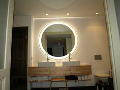 LED spiegel voor de badkamer. Grote ronde spiegel met led-verlichting. 135cm doorsnede met 80mm gematteerde baan rondom.