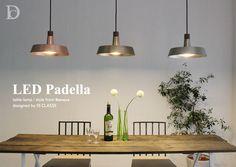 【新生活にオススメ】金属の質感を愉しむペンダントランプ。金属の質感を生かした存在感のあるシェードは、アクセントにウッドパーツ(ウォルナット)を使用して重厚な印象を和らげています。光源には、白熱灯のような温かみのある優しい灯りのLEDを採用。1灯でも100W相当の明るさがありますが、ダイニングテーブルの上などに2〜3灯並べたスタイリングもおすすめです。アクセントにウォルナットを使用。コードを保護する役割もありますシェードの色は、スチールにメッキをかけています。