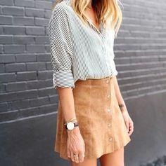 Look cool e descomplicado: a saia com abotoamento frontal é queridinha da estação. Jeans, ou de camurça, ela atualiza qualquer produção. E aí gostaram?