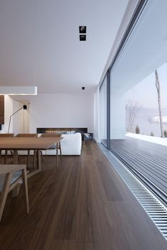 Donkere vloer met overgang van vloer naar terras. Opm. waarschijnlijk is een licht terras mooier en dan zal de vloer binnen ook licht moeten. (lichte hout kleur of gietvloer)