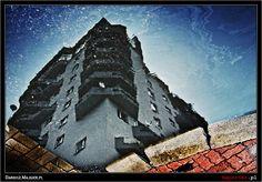 Praga Południe. Budynek na ul. Kordeckiego 56/58 odbity w kałuży.