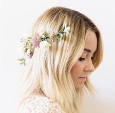 With a gorgeous wedding to focus on, 2014 was a big, festive year for Lauren Conrad. Here's what she showed us about beauty (largely thanks to her fabulous Instagram feed): Today on @laurenconrad_com we show you how to make your own flower crown... Una foto pubblicata da Lauren Conrad (@laurenconrad) in data: Ott 10, 2014 at 6:15 PDT Lesson 1) When it comes to hair, nothing's more charming than a flower garland headband—unless you tuck it in backwards so it falls behind your head. Most…