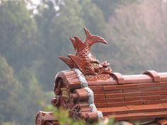 """家を火災から守ると信じられている、鯱と呼ばれる屋根瓦. a roof with roof ornamental tiles called """"syachihoko"""" or """"鯱"""" which are believed to protect houses from fire. 10 April 2017."""