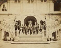 Intérieur de l'Hôtel de Ville (Escalier d'honneur dans la cour Louis XIV). Etat major du gouverneur le jour de la députation des Départements - Photographies d'après nature sous la Commune de Paris, du 18 mars au 21 mai 1871 / par Léautté