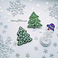 Merry Christmas! 🎄 ❄⛄🎅❄ #АвторскиеукрашенияВикторииЦимайло #украшенияручнойработы #украшенияизбисера #броширучнойработы #брошиизбисера #броши #брошки #брошь #броши #брошьёлка #брошьель #брошьснеговик #ёлкиизбисера #ёлки #ели #ёлочка #снеговик #снеговикизбисера #ручнаяработа #handmade Bead Embroidery Patterns, Bead Embroidery Jewelry, Beaded Jewelry Patterns, Beaded Embroidery, Beaded Crafts, Jewelry Crafts, Jewelry Art, Beaded Christmas Ornaments, Christmas Jewelry