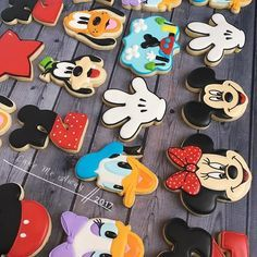 😍😍😍 I love this set! I did Ben's birthday Mickey/Minnie cake last week, but these Mickey and friends cookies are for his birthday… Dulceros Mickey Mouse, Mickey Mouse E Amigos, Mickey And Minnie Cake, Mickey Mouse Cookies, Mickey Mouse First Birthday, Mickey Mouse Clubhouse Birthday Party, Mickey Cakes, Mickey Mouse Parties, Mickey Party