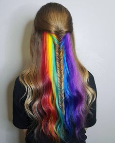 Hidden Rainbow Hair is the name of the trend of fun coloring the street style. It is about having a hidden rainbow in between hair and magically appear with movement. The hidden rainbow hair is dyed hair of different colors but in a little layer visible. Hair Dye Colors, Cool Hair Color, Eye Colors, Pretty Hairstyles, Braided Hairstyles, Rainbow Hairstyles, Hidden Rainbow Hair, Hair Rainbow, Rainbow Hair Colors