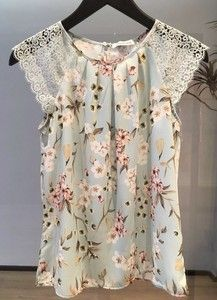 BLUSA FERNANDA CREPE FLOWER DETALHE EM RENDA Stylish Dresses, Casual Dresses, Casual Outfits, Cute Outfits, Fashion Outfits, Scarf Dress, Blouse And Skirt, Basic Wear, Frocks For Girls