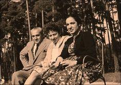 Nayati Sedqi (i), un palestino que luchó defendiendo los colores rojo, gualda y morado del lado republicano, su mujer Lutka y su hija Dulia (Daulat, en árabe).