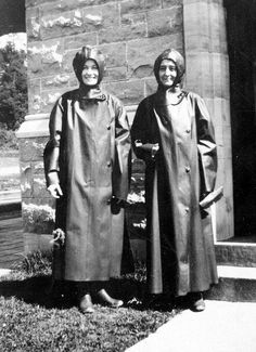 Wonderful wet weather gear to enjoy viewing Niagara Falls.Makes you wonder what happened to all those lovely 'rubbers' when they went over to disposable plastic rainwear. Green Raincoat, Hooded Raincoat, Rain Fashion, Latex Fashion, Heavy Rubber, Black Rubber, Mackintosh Raincoat, 1940s Outfits, Rubber Raincoats
