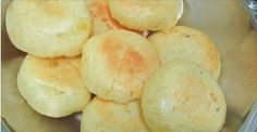 "O ""falso"" pão de queijo que está bombando na web: sem leite, sem ovo, sem glúten e delicioso! Dairy Free Recipes, Vegan Recipes, Snack Recipes, Snacks, Dieta Hcg, A Food, Food And Drink, Cheese Bread, Lactose Free"