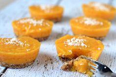 Mini Mango Taartjes Met Kokos Recept (Vegan & Glutenvrij) Cantaloupe, Mango, Sweets, Fruit, Healthy, Desserts, Experiment, Food, Zucchini