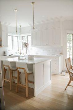 Modern Shaker Kitchen, White Oak Kitchen, White Shaker Kitchen Cabinets, Shaker Style Kitchens, Kitchen Cabinet Styles, Kitchen Stools, Modern Kitchen Cabinets, Home Kitchens, White Cabinets