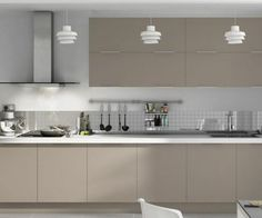 cuisine blanche et grise, meuble de cuisine couleur gris taupe, déco sobre et moderne