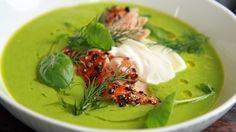 Grønn ertesuppe er en lynrask og vårgrønn middag med frosne erter. Tilbehør: varmrøykt pepperlaks.