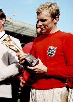World Cup winning England captain, Bobby Moore Retro Football, School Football, Sport Football, England Football Players, England Players, Arsenal Football, National Football Teams, Arsenal Fc, 1966 World Cup