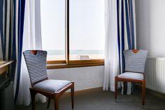 Une chambre pour 2 personnes avec vue sur mer avec un grand lit ( ou 2 lits séparés sur demande)  1 Chambre sans vue de mer pour 4 personnes avec un grand lit et 2 lits séparés  1 Salle de bain équipée d'une baignoire  1 Salle de bain équipée d'une douche