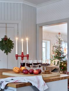 50 Christmas Simple Decor You Will Want To Try interiors homedecor interiordesign homedecortips Easy Home Decor, Home Decor Trends, Cheap Home Decor, Interior Decorating Styles, New Interior Design, Interior Stylist, Christmas Interiors, Christmas Home, Christmas Decor
