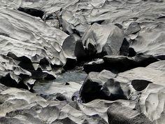 """Vale da Lua - Brasil.  En el Parque Nacional Chapada dos Veadeiros, en el estado de Goiás, se encuentra un paisaje rocosos llamado """"Valle de la Luna"""" ,un nombre que por cierto, se repite en varios paisajes y países de Latinoamérica.  Se trata de formaciones rocosas erosionadas de un modo muy curiosos por las aguas transparentes del río Sao Miguel,entre cavidades modeladas por el agua, curvas , formas caprichosas que dan paso a colores que terminan reflejándose en el agua que en ellas…"""