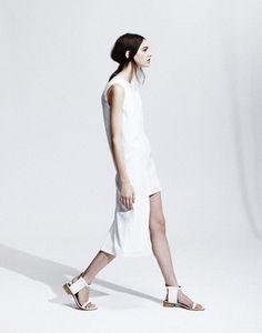 Contemporary Fashion - minimal white dress with asymmetric cut // J JS Lee Spring 2012 Minimal Fashion, White Fashion, Look Fashion, Fashion Show, Fashion Designer, Fashion Brand, Vegan Fashion, All White, Contemporary Fashion