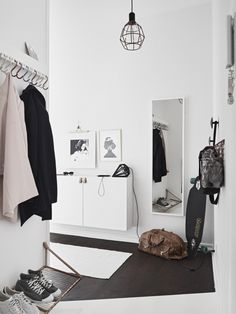 Tiny and Cozy Scandinavian Apartment (design attractor) - Flur Design Scandinavian, Scandinavian Apartment, Hallway Inspiration, Interior Inspiration, Decoration Hall, Entryway Organization, Organized Entryway, Hallway Storage, Organisation Ideas
